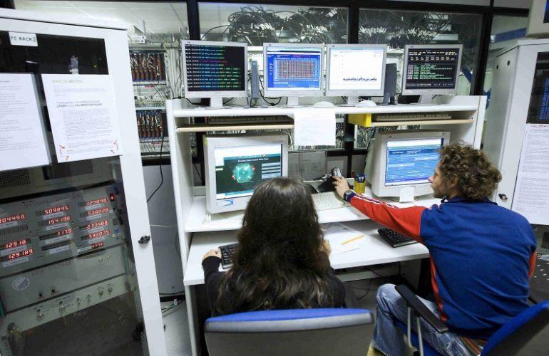 Laboratori Nazionali del Gran Sasso (INFN): Ricercatori in una delle sale di controllo degli esperimenti dei laboratori sotterranei del Gran Sasso (INFN).