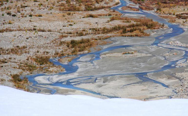 Il ghiacciaio del Morteratsch e i torrenti che trasportano l'acqua di fusione durante i mesi estivi