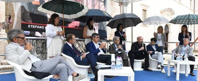 donne che reggono ombrelli