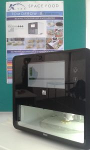 Esempio di stampante 3D per il cibo, con un alimento in produzione